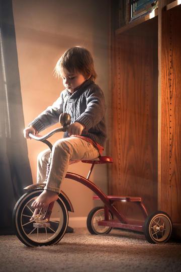 骑三轮车的帅气小男孩儿童摄影图片