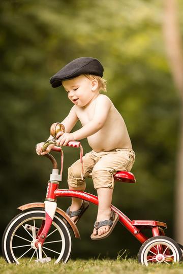 欧美可爱小男孩骑自行车儿童摄影图片