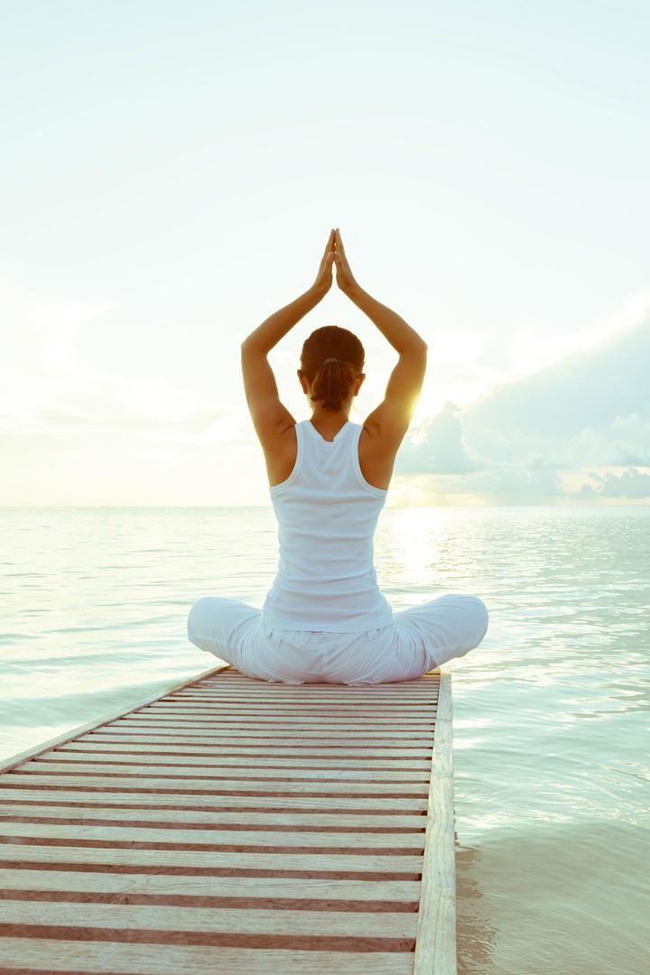 唯美海边做瑜伽的女生人像摄影