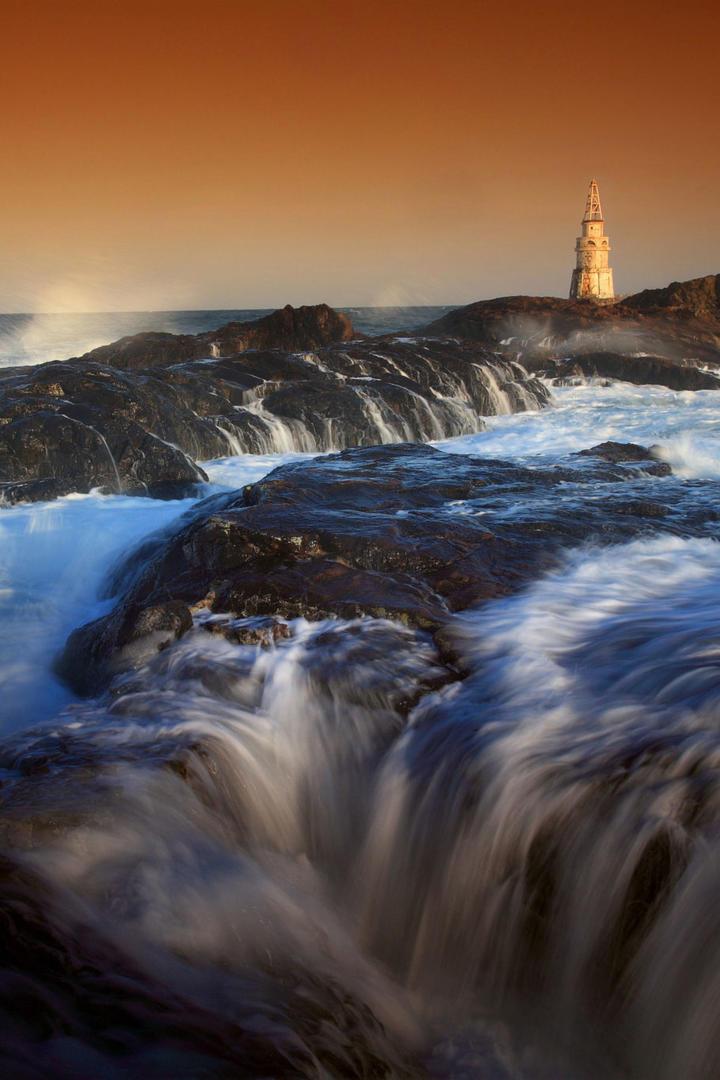 海边礁石灯塔风景图片