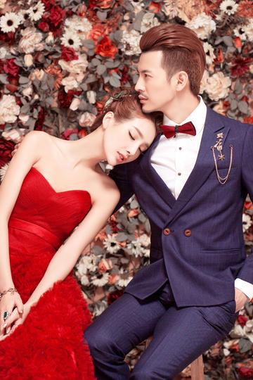 躺在花丛里的新郎新娘婚纱摄影图片