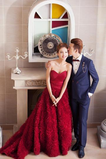新郎亲吻新娘婚纱摄影图片