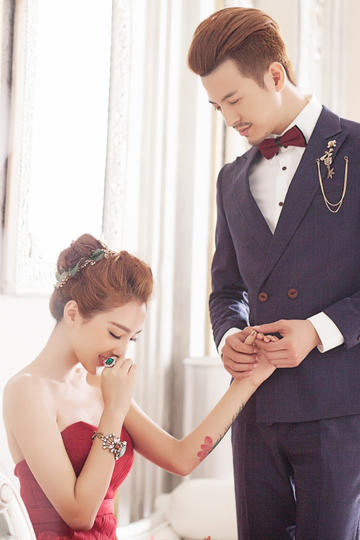 新郎深情注视新娘婚纱摄影图片