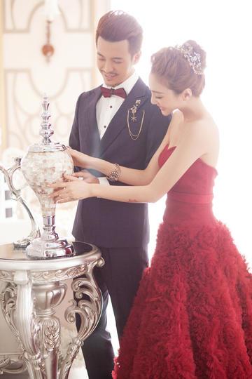 捧着奖杯的新郎与新娘婚纱摄影图片