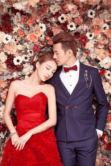 躺在花丛中的新人婚纱摄影图片