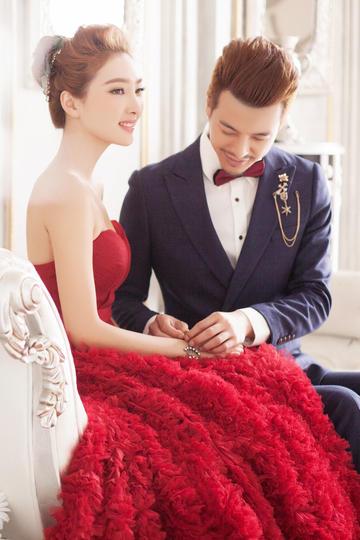帮新娘戴首饰的新郎婚纱摄影图片