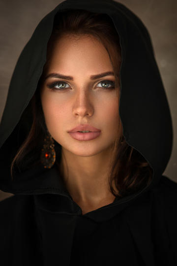 戴斗篷的国外美女人像摄影