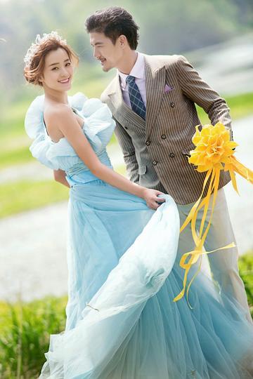 手拿鲜花的新郎婚纱摄影图片