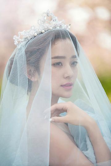 戴婚纱的漂亮新娘婚纱摄影