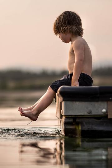玩水的小男孩儿童摄影图片