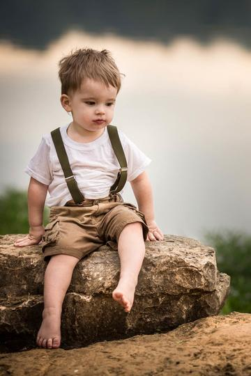 坐在石头上的小男孩儿童摄影