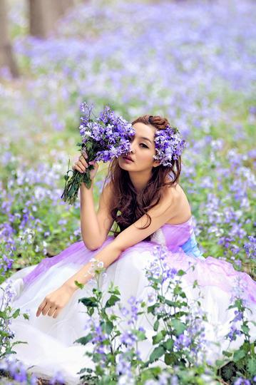 手拿鲜花的新娘婚纱摄影图片