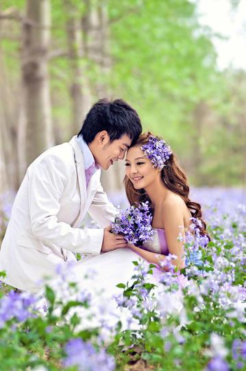 高清花丛中的新郎新娘婚纱摄影图片
