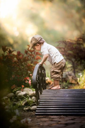 站在小桥上的小男孩