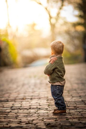 站在路上的小男孩背影儿童摄影图片