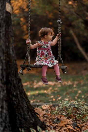 坐在秋千上的小女孩儿童摄影