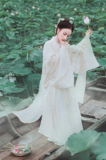 举着莲花的古装美女艺术摄影