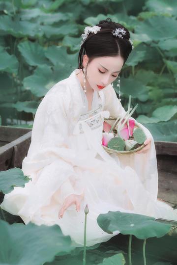 采莲蓬的漂亮古装美女人像摄影图片