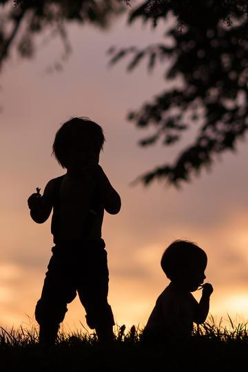 夕阳下的两个小朋友儿童摄影
