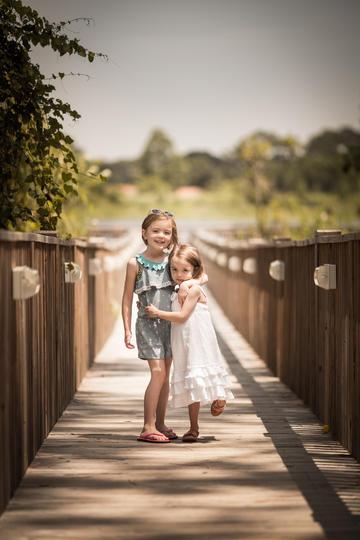 木桥上的两姐妹儿童摄影