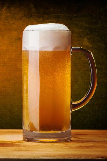 满满的一大杯啤酒商业摄影图片