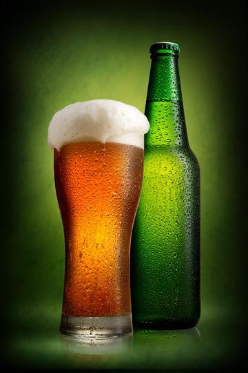 啤酒与啤酒杯商业摄影图片