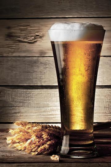 装满啤酒的杯子