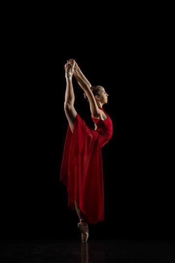红裙子的美女跳舞图片