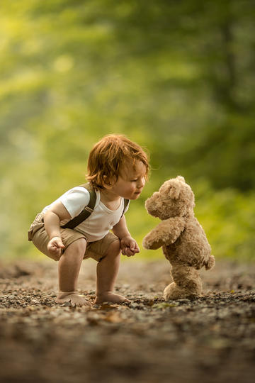 小男孩与玩偶熊儿童摄影图片