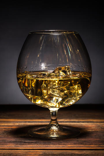 高脚杯中的威士忌图片