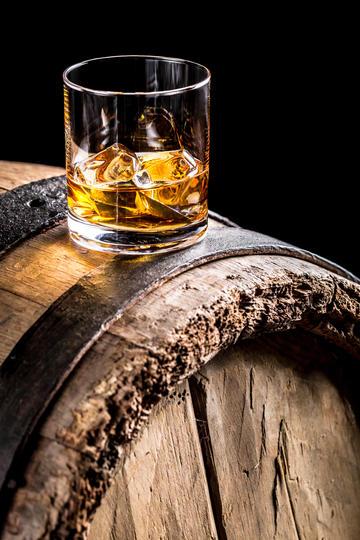 酒桶上的威士忌洋酒
