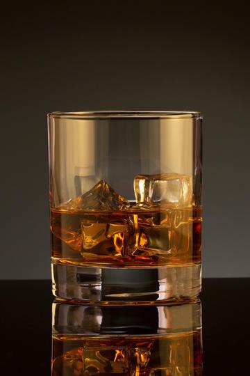 加冰块的威士忌洋酒