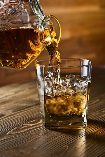 往杯子里倒威士忌洋酒