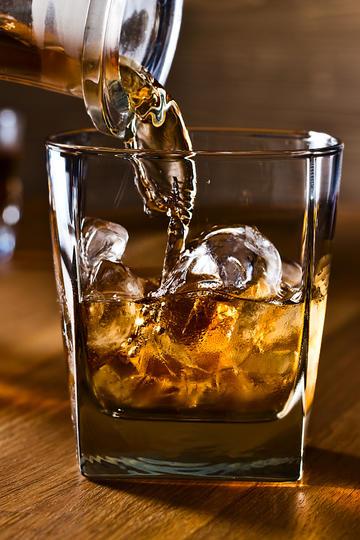 高清倒威士忌洋酒特写