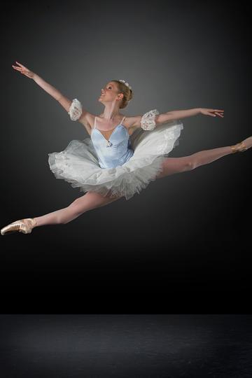 凌空而起的芭蕾舞女孩
