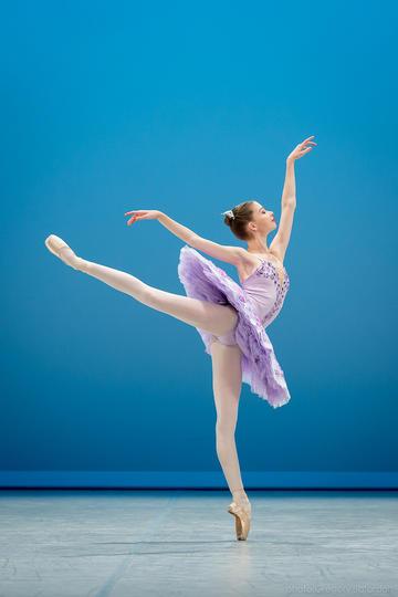 漂亮的芭蕾舞女生运动摄影图片