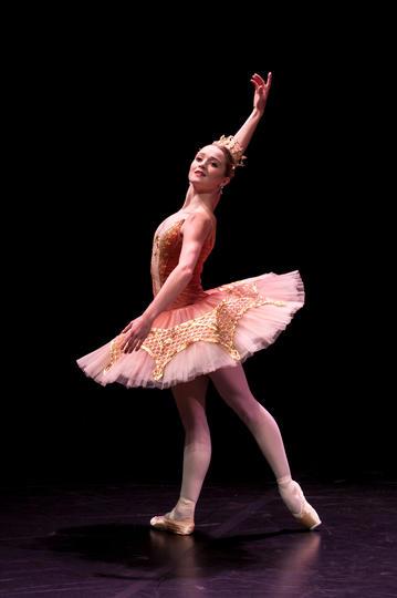 头戴皇冠的女生跳芭蕾舞图片