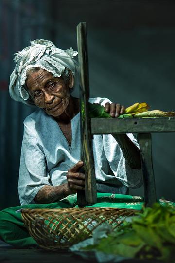 切烟叶的老奶奶纪实摄影