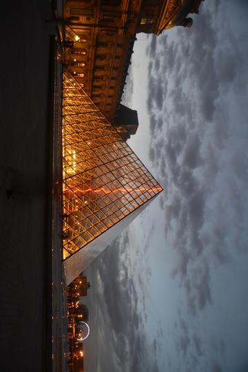 阴天的卢浮宫旅游景观