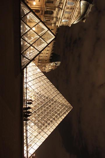 夜幕下的法国卢浮宫图片