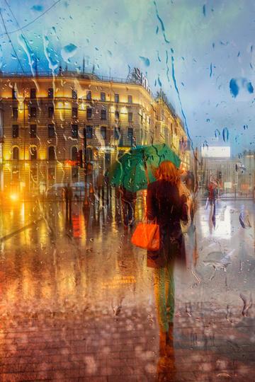 雨中行走的美女旅游景观图片