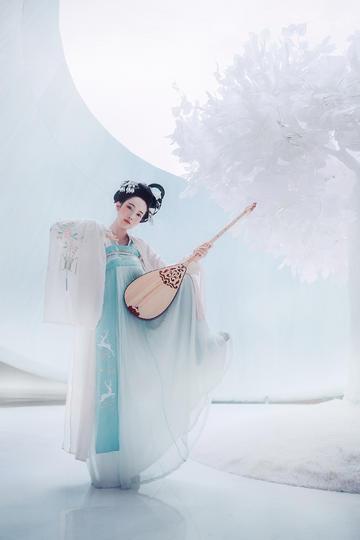 唯美古装弹琵琶的美女人像摄影