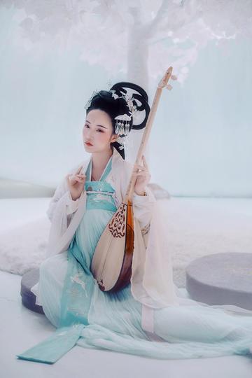怀抱琵琶的古装美女图片