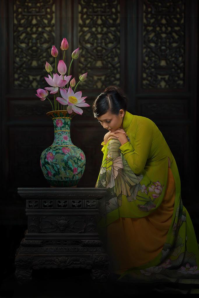 花瓶旁沉思的古装美女