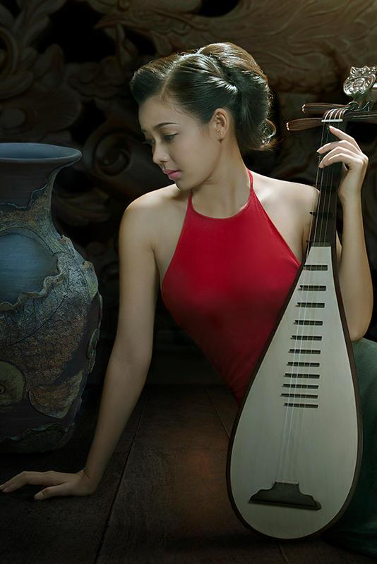 拿着琵琶的古典气质美女