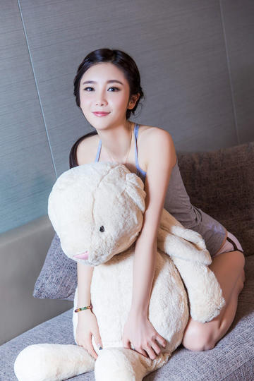 抱着娃娃熊的清纯美女写真
