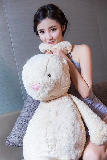 抱着玩偶的可爱女生图片