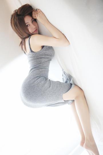 趴在床上的性感美女