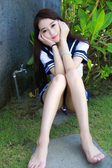 坐在草地上的清纯美女图片