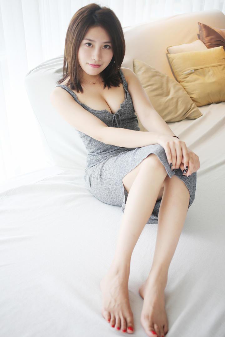 坐在床上的气质美女图片